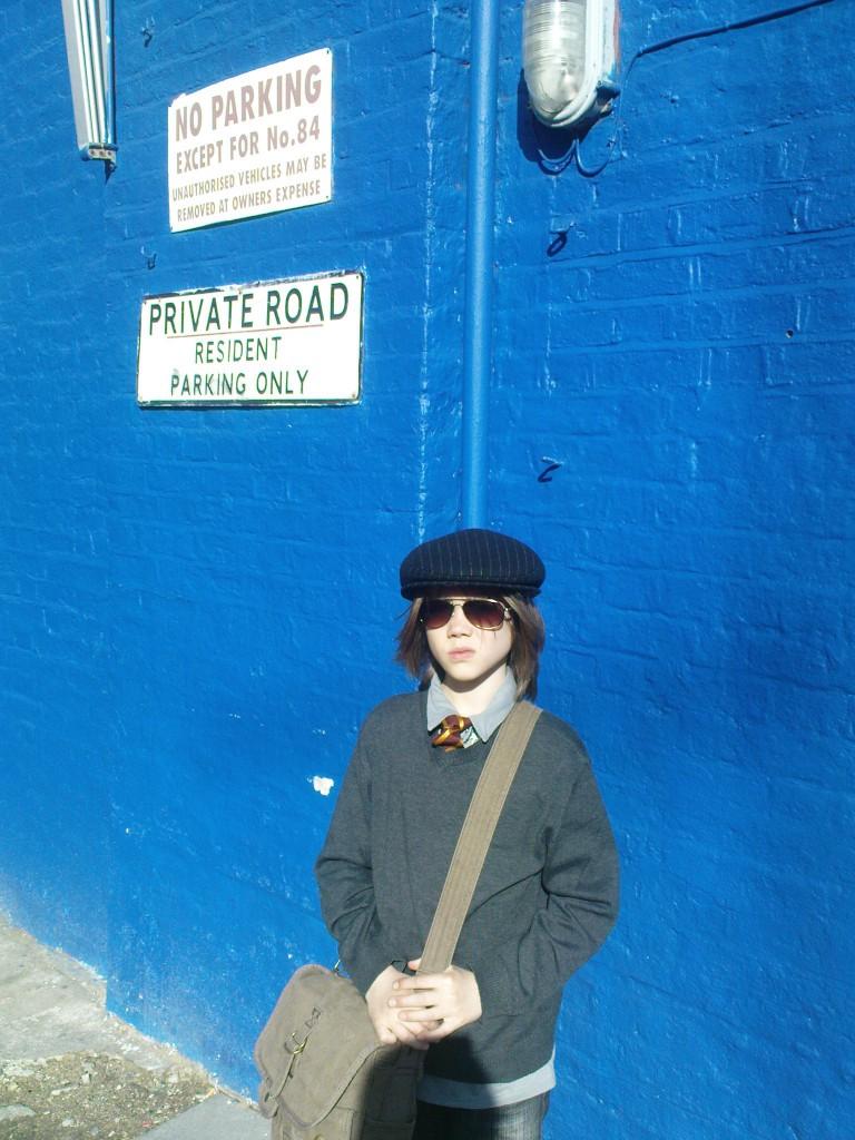 Kind vor blauer Wand
