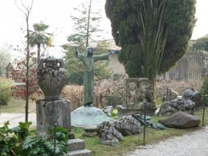 Figur mit ausgebreiteten Armen im Parc Vittoriale