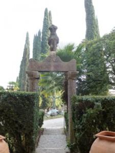 Römische Torbogen-Kopie im Parc Vittoriale