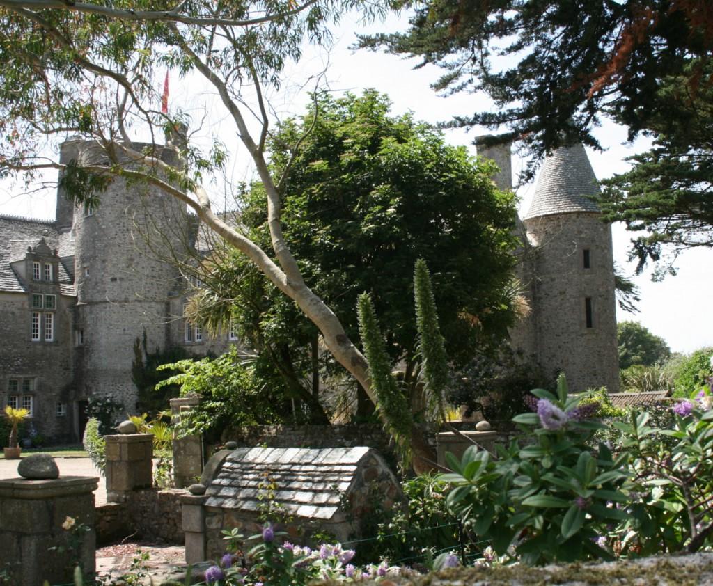 Das private Schloss sieht man nur von außen, aber dafür von den meisten Stellen des Gartens.