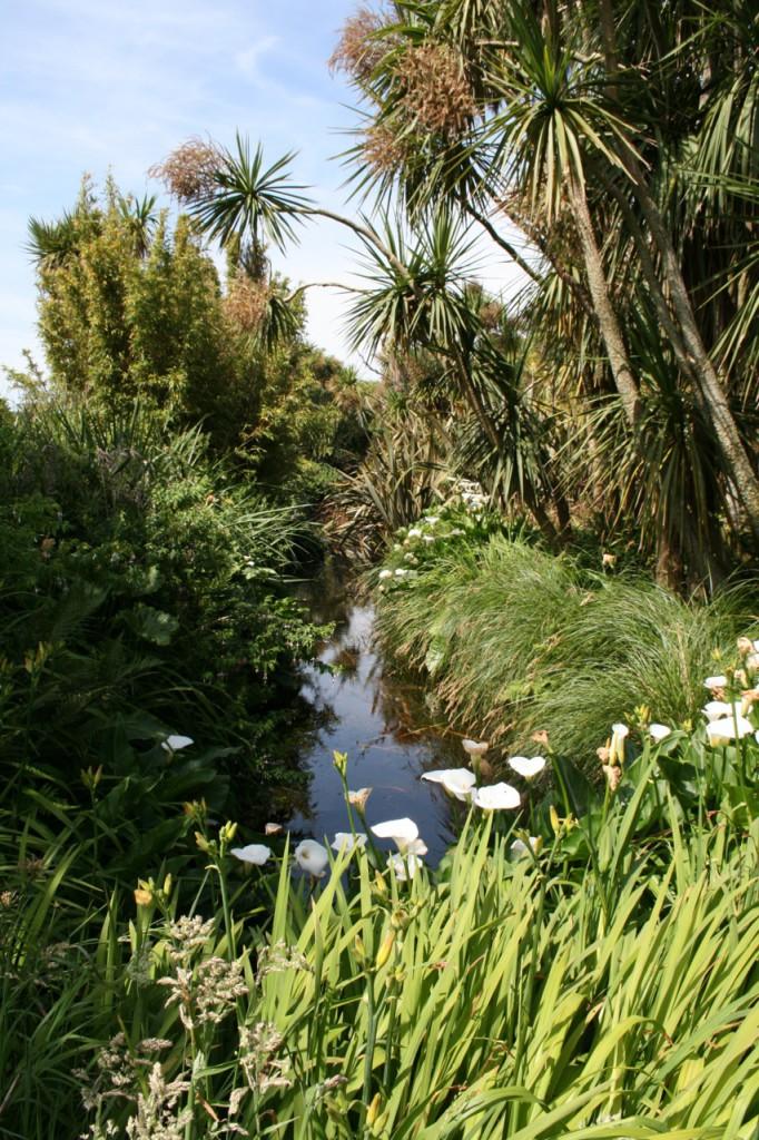 Kleine Flüsse führen durch den Jardin.