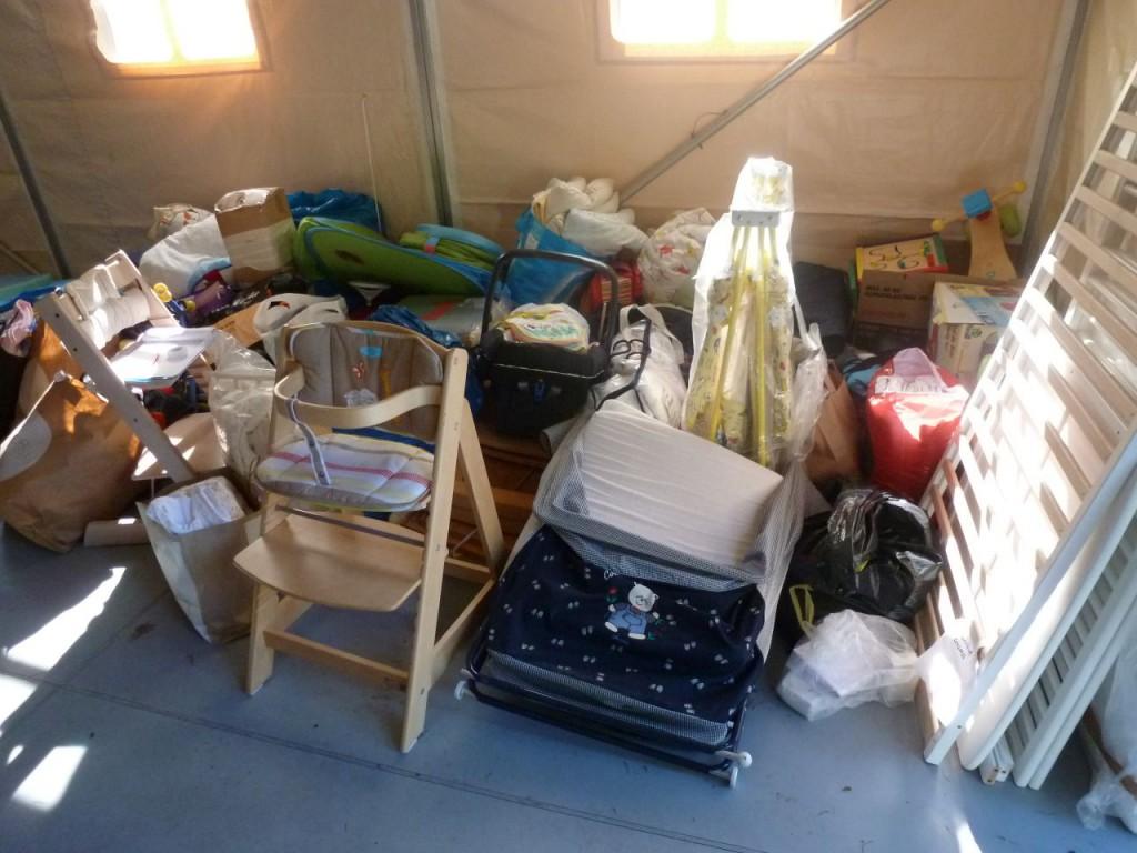 Die guten Gaben stapeln sich im Zelt: Kinderstühle, Bettwäsche...