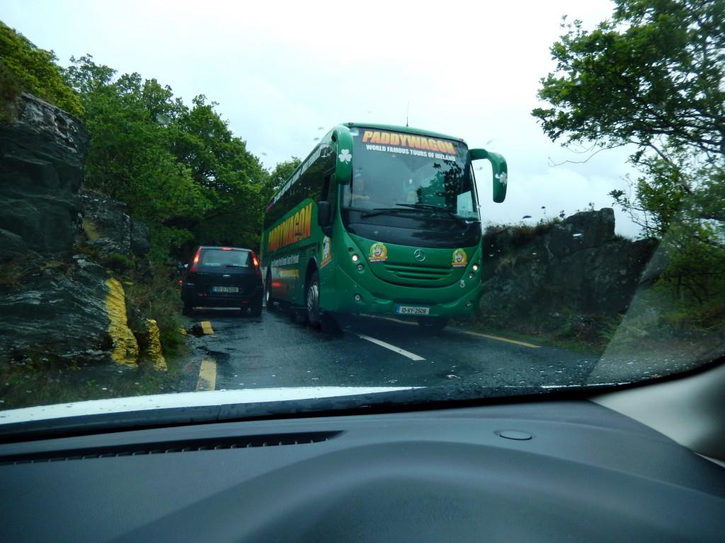 großer Autobus auf enger Strasse