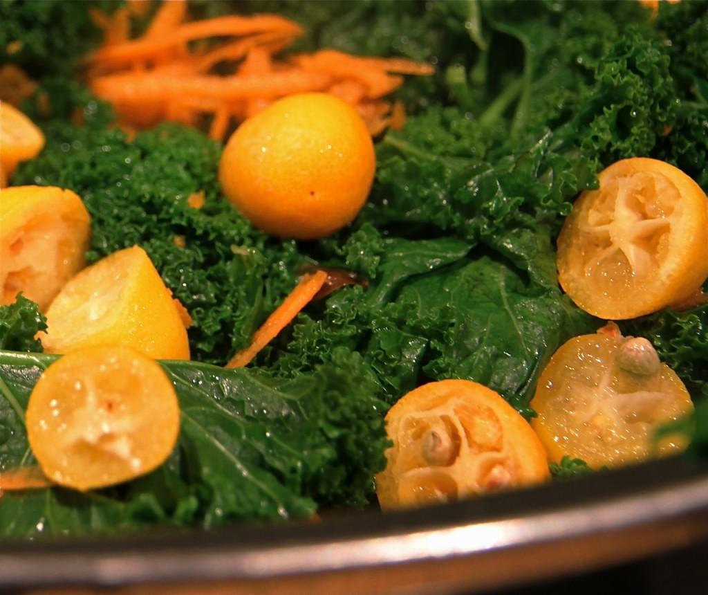 Kumquats auf Grünkohl
