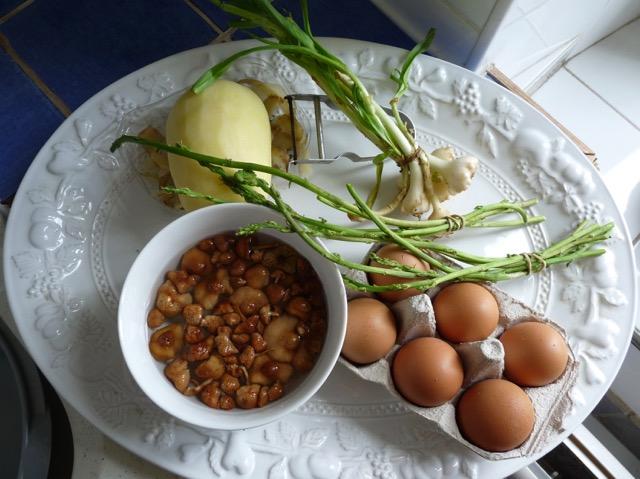 Einkäufe vom Markt: Kartoffel, wilde Zwiebeln, Pilze, Eier, wilder Spargel