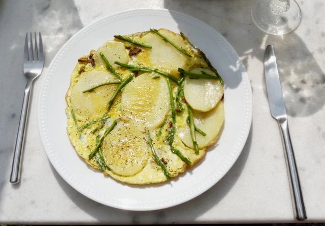 Omelett mit wildem Spargel und Pilzen auf dem Teller